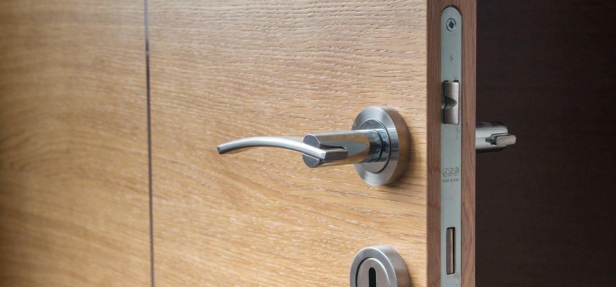 Что делать и куда звонить, если захлопнулась дверь