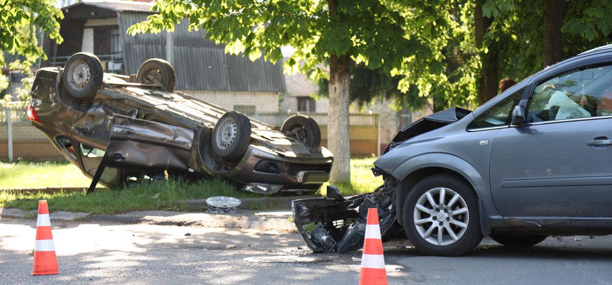 В результате ДТП в Барановичах «Лада» выскочила на тротуар и перевернулась