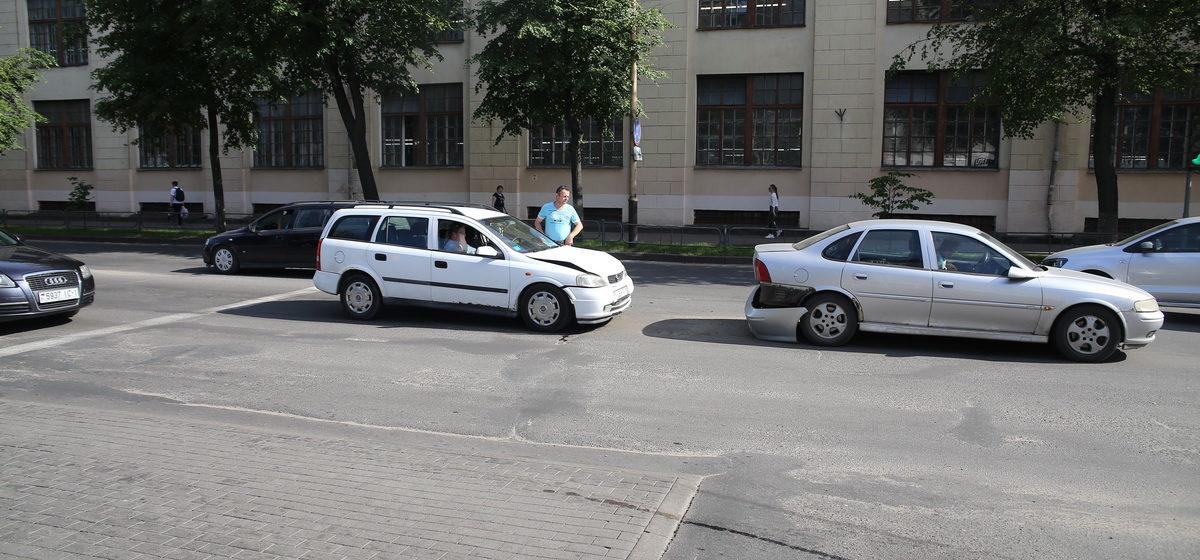 Два «Опеля» столкнулись в Барановичах. Фотофакт