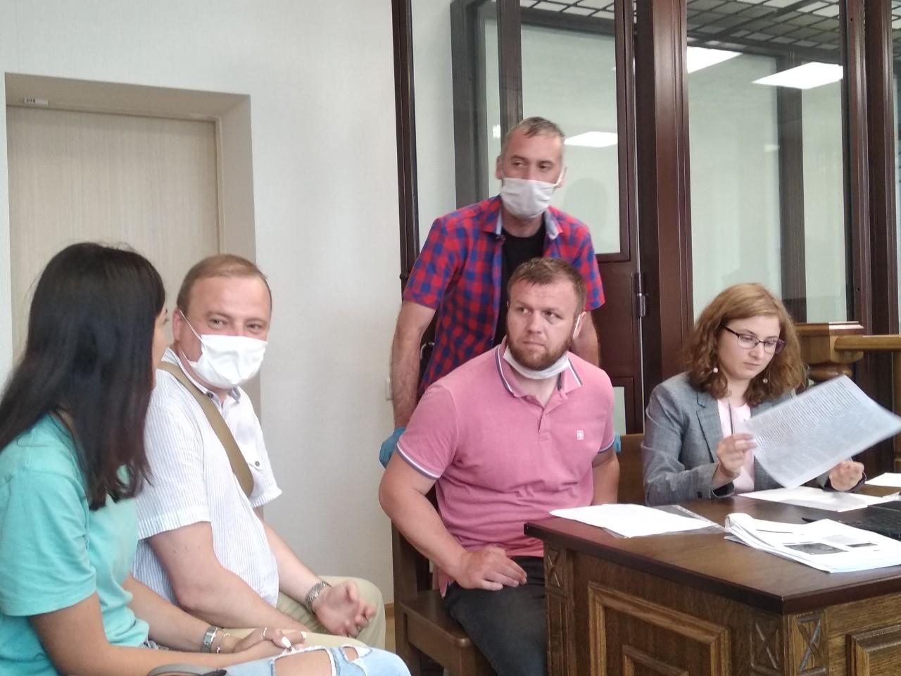 Александр Позняк с адвокатом знакомится с материалами, предоставленными милицией. Фото: Intex-press