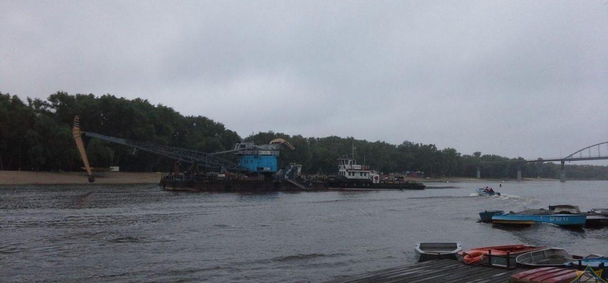 Рыбацкая лодка столкнулась с плавучим краном в Гомеле – один мужчина в реанимации