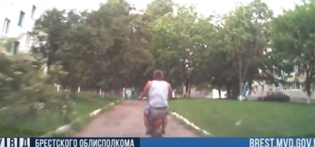Пьяный мужчина на мопеде пытался скрыться от сотрудников ГАИ в Барановичском районе. Видео