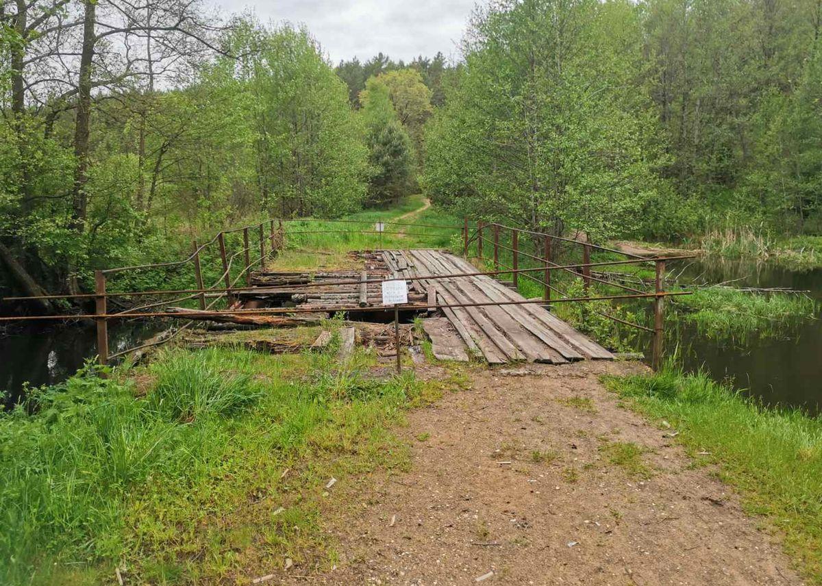 Аварийный мост через речку Исса закрыли для пешеходов и машин. Фото: прислал читатель
