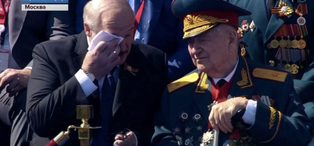 Российские СМИ: Лукашенко расплакался при общении с ветераном на параде Победы в Москве