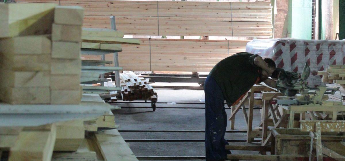 «Не могу нигде заказать дерево». В Барановичах в сезон строек возник дефицит пиломатериалов. В чем причина?
