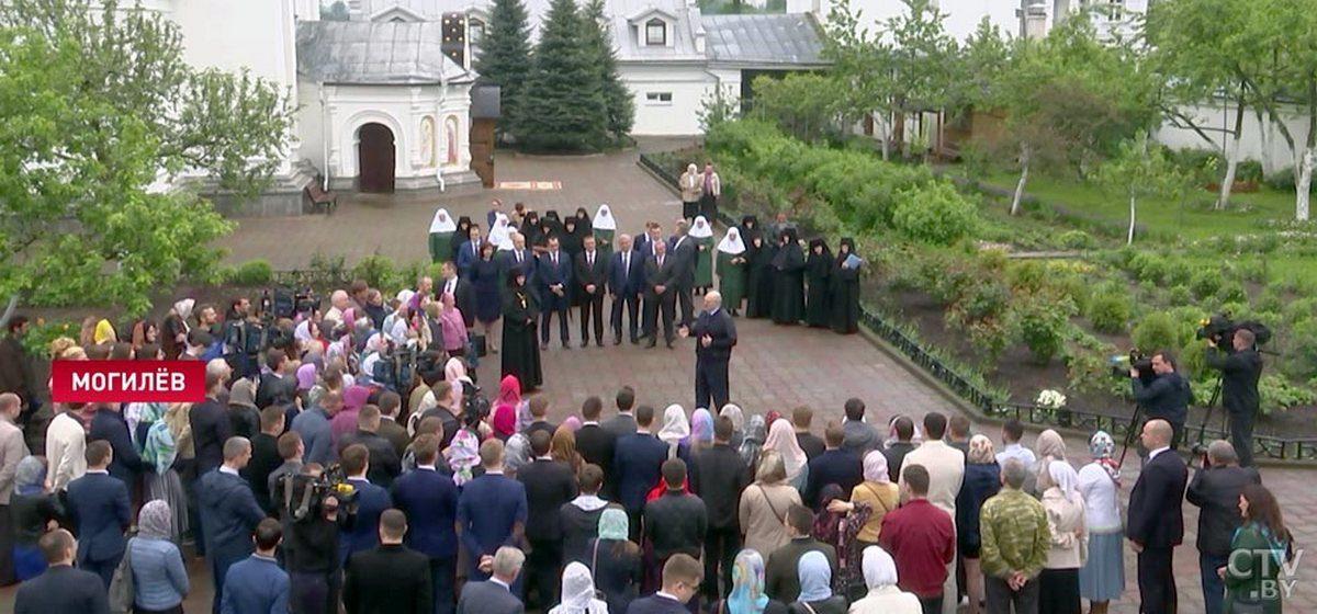 Лукашенко посоветовал не носить маску на улице, дал новый совет, как не заразиться COVID-19, и рассказал про шутку с трактором и баней