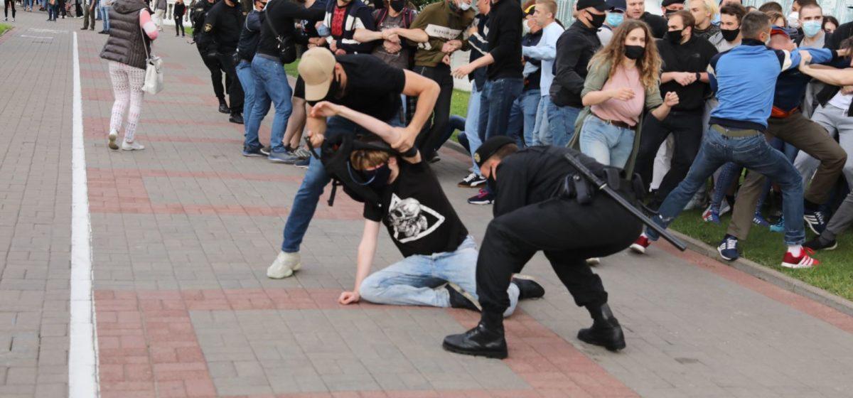 Протесты на улицах белорусских городов, милиция массово задерживает людей. Онлайн