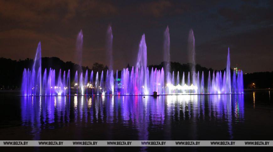 Лукашенко и Греф открыли в Минске светомузыкальный фонтан на воде. Смотрите, как он выглядит