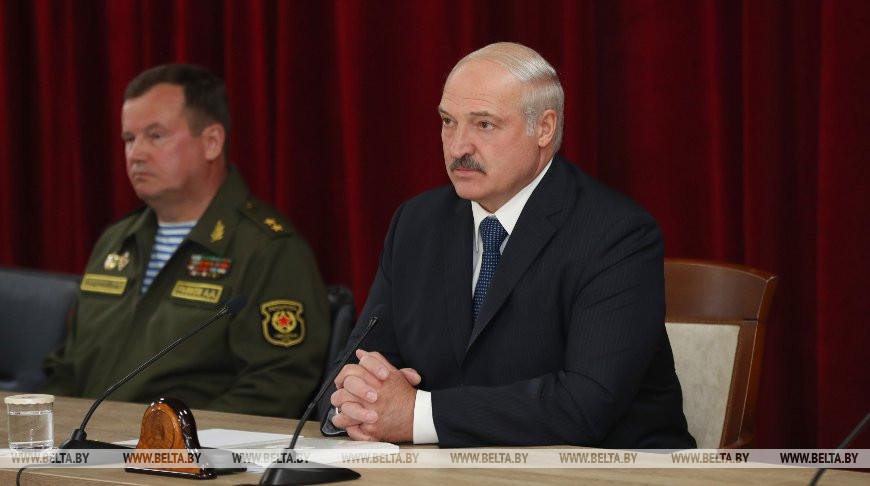 Лукашенко: В Конституции надо прописать, что президентом можно стать только после службы в армии