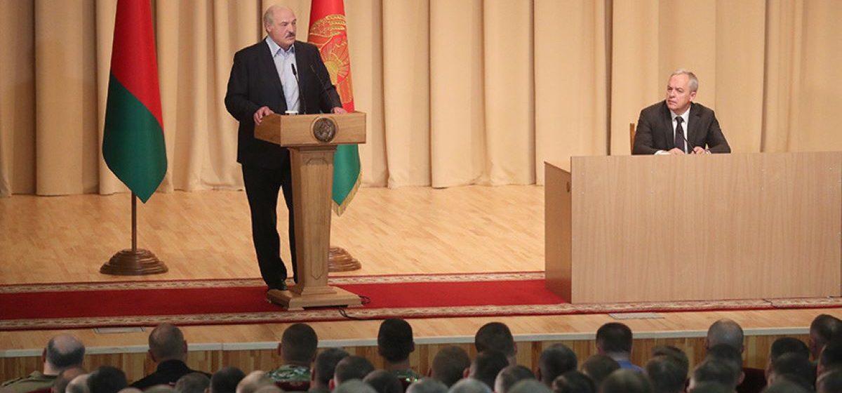 Лукашенко пообещал и в дальнейшем поддерживать военнослужащих