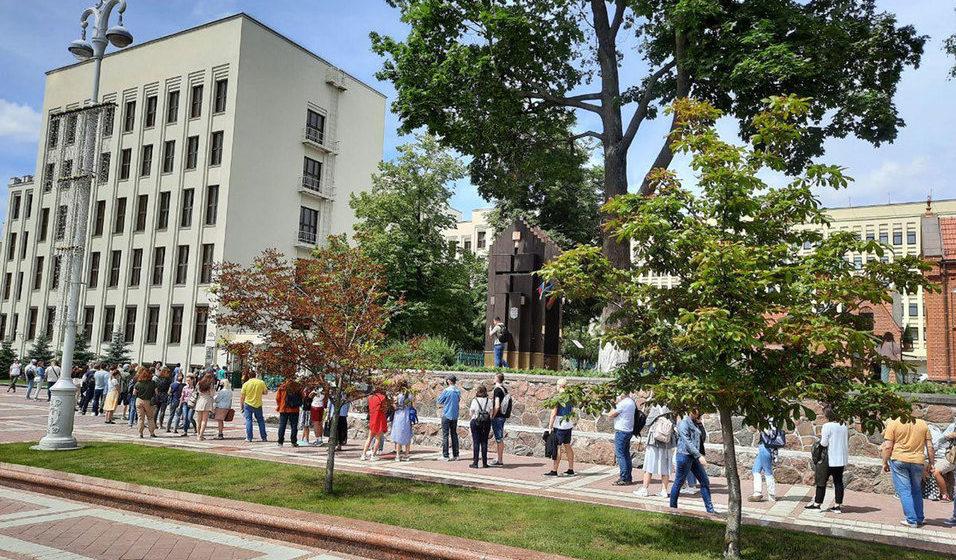 У Дома правительства выстроилась очередь. Избиратели пришли подать жалобу на отказ в регистрации Бабарико и Цепкало. Фото/видео