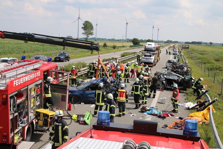 Белорус на автовозе влетел в автомобильный затор в Германии – один человек погиб, еще 15 пострадали. Фото