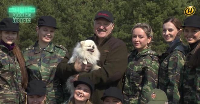 Лукашенко сфотографировался со своим шпицем. Стала известна его кличка