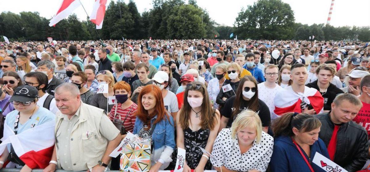 Десятки тысяч человек пришли на митинг в поддержку Тихановской в Минске. Онлайн