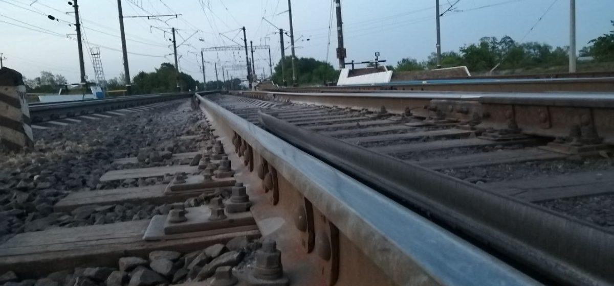 Полуторагодовалый малыш в нательном белье и носочках гулял один возле железной дороги в Смолевичах