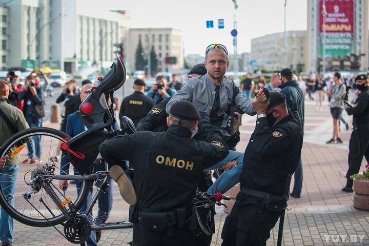 Задержание человека и его велосипеда. Фото: Вадим Замировский, TUT.BY