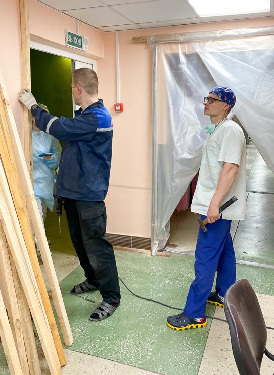 Врачи делают шлюз перед началом работы с пациентами с COVID-19. Фото: архив Игоря ТАБОЛИЧА