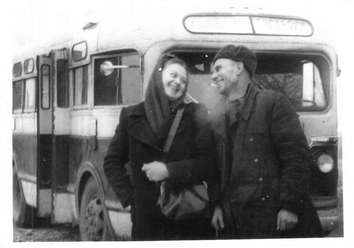 Кондуктор и водитель автобуса «Вокзал-Третьяки». 1950-е годы Фото: Личный архив Руслана РЕВЯКО