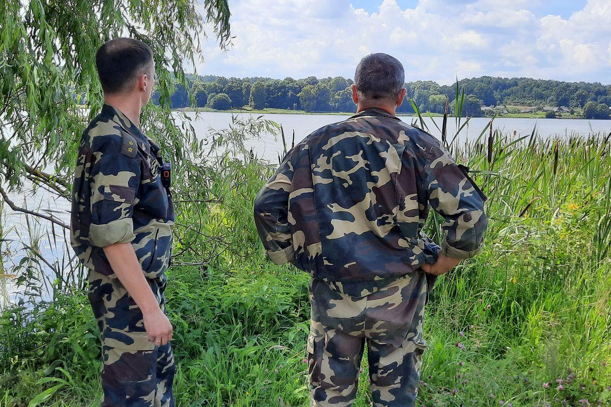 Игорь Белько и Иван Тарасевич в рейде на водохранилище Кутовщина. Фото: Александра РАЗИНА