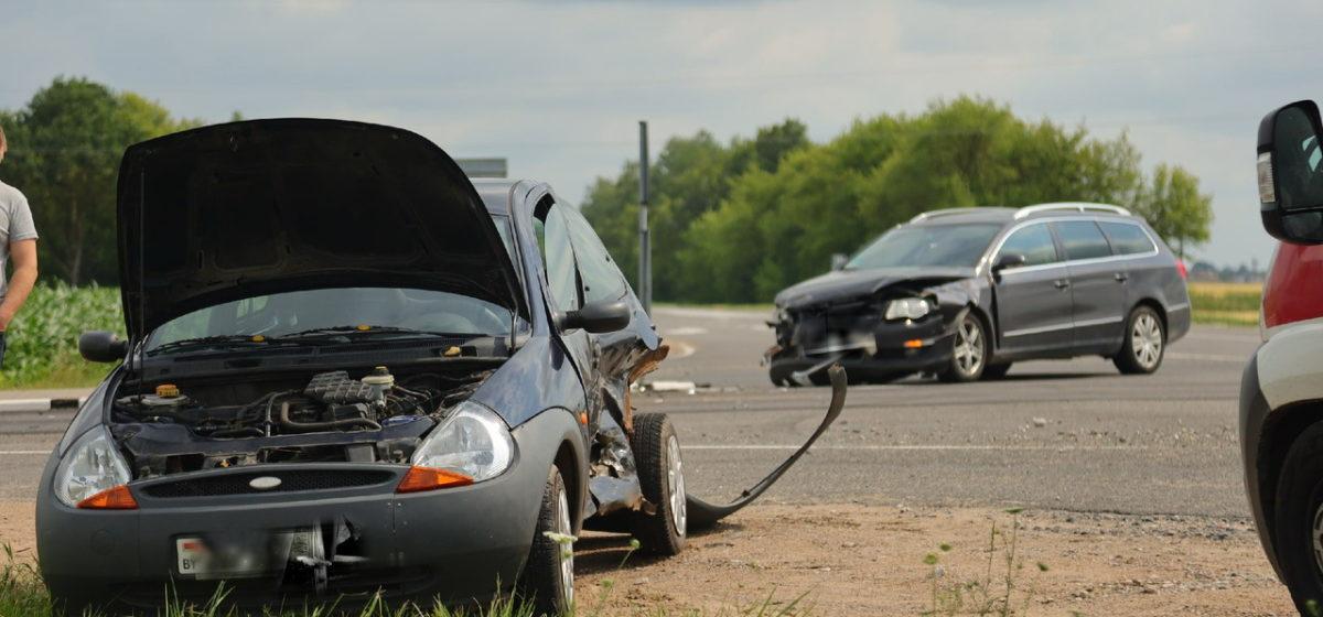 Два автомобиля столкнулись на перекрестке под Барановичами — пострадала женщина-водитель. Фотофакт