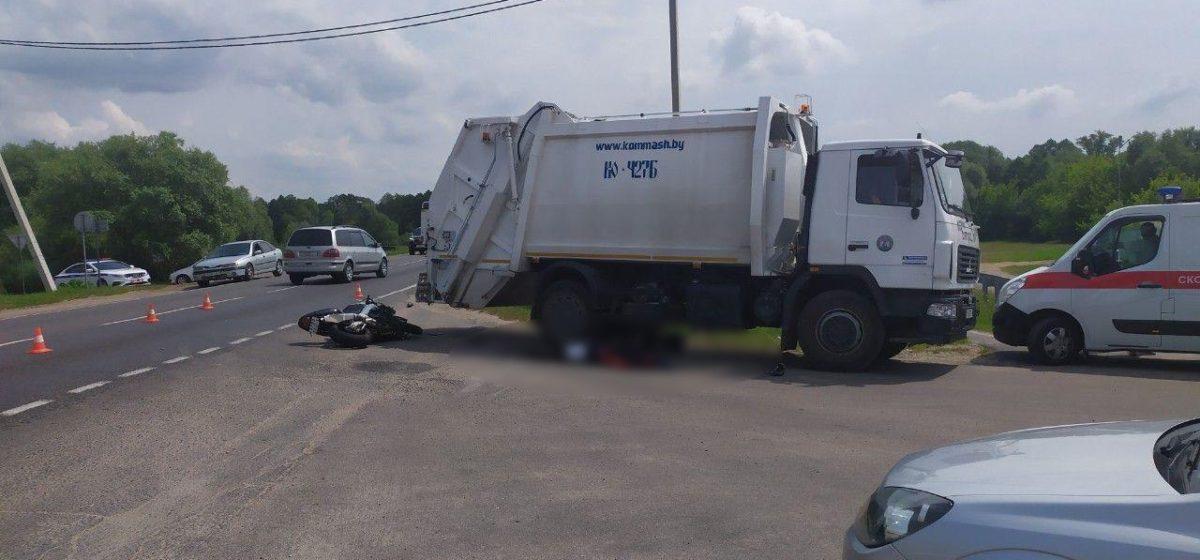 Байкер влетел в мусоровоз под Брестом – два человека погибли. Фото