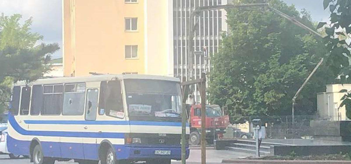 Мужчина, который захватил автобус с заложниками в Украине, заявил о заложенной в другом месте взрывчатке. Прямой эфир