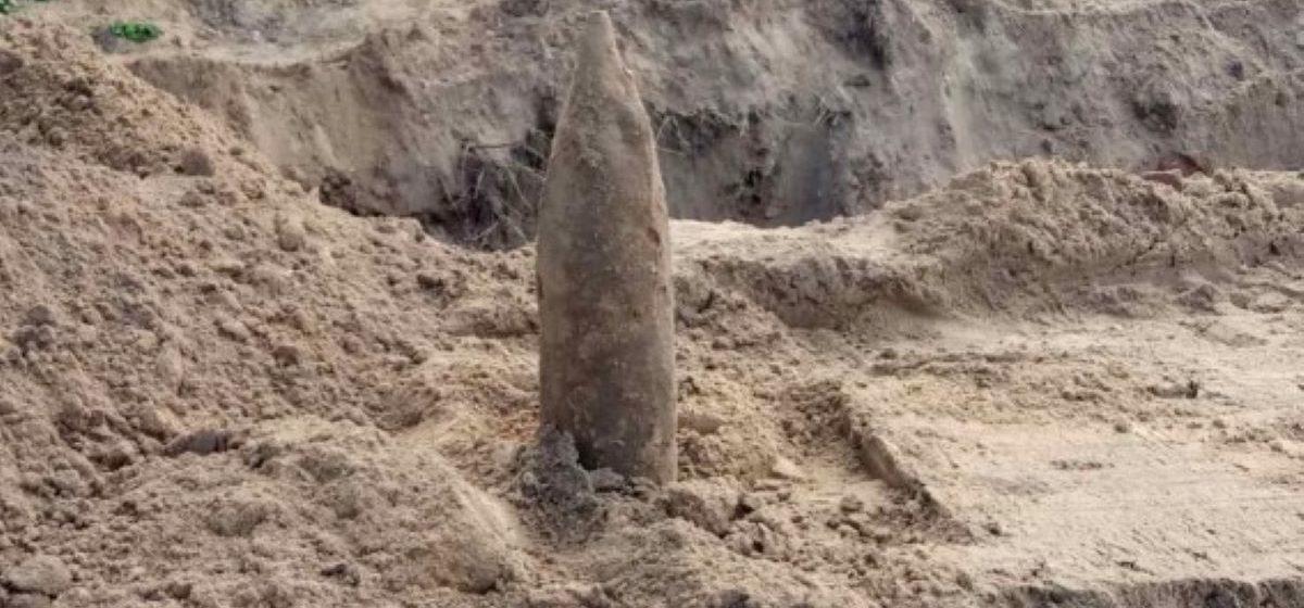 Во время земляных работ в Барановичах рабочие нашли снаряд времен войны. Фото