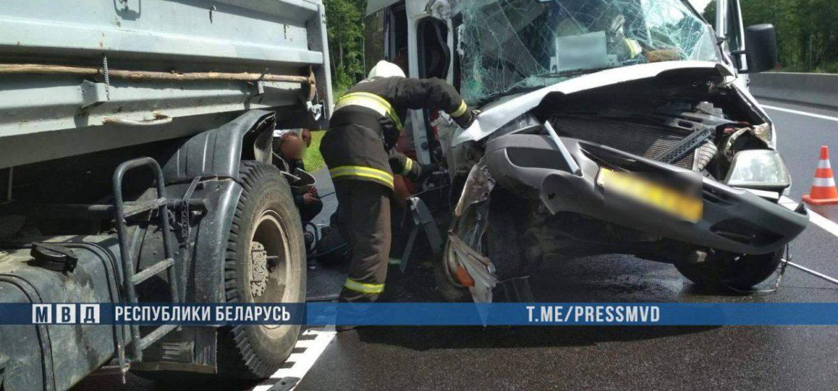 Пассажирский микроавтобус влетел в МАЗ в Воложинском районе – семь человек в больнице. Фото