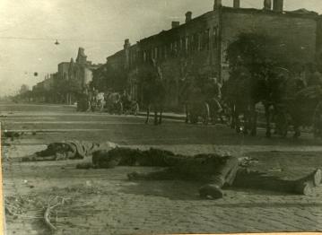 Советские части проходят по освобожденному городу Барановичи Брестской области; на переднем плане – трупы немецких солдат. Фото: Копыт Е. (РГАКФД)