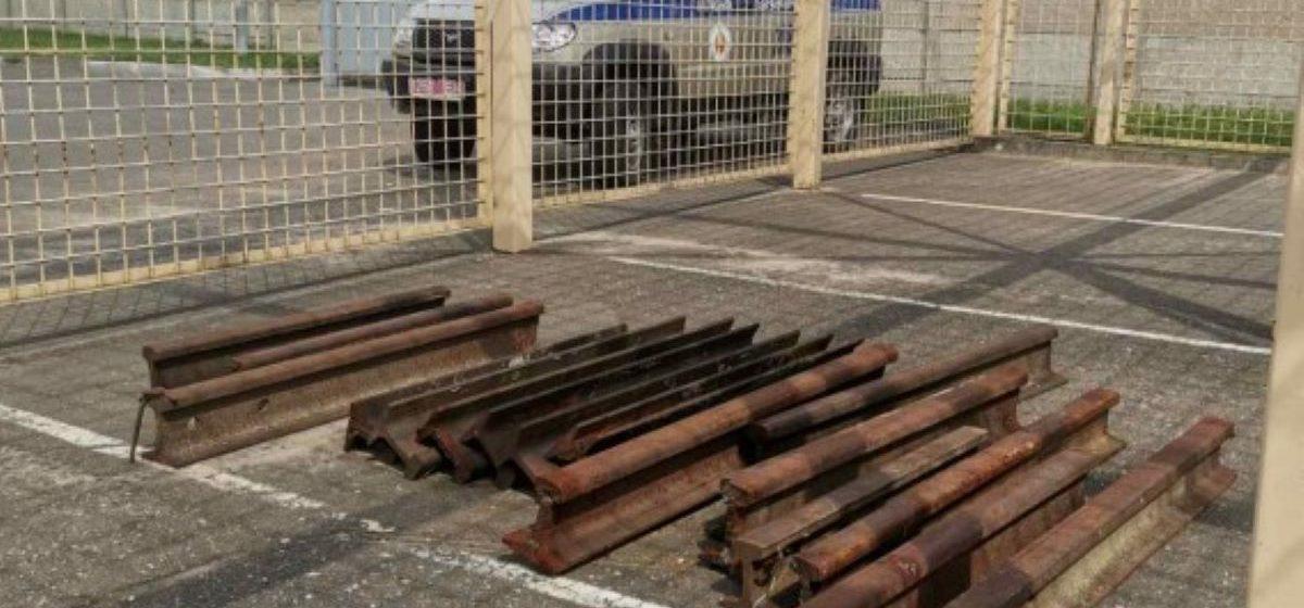 В Барановичах мужчина за несколько месяцев вынес с предприятия 150 метров рельсов