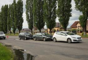 «Паровозик» из трех машин «собрала» женщина-водитель в Барановичах