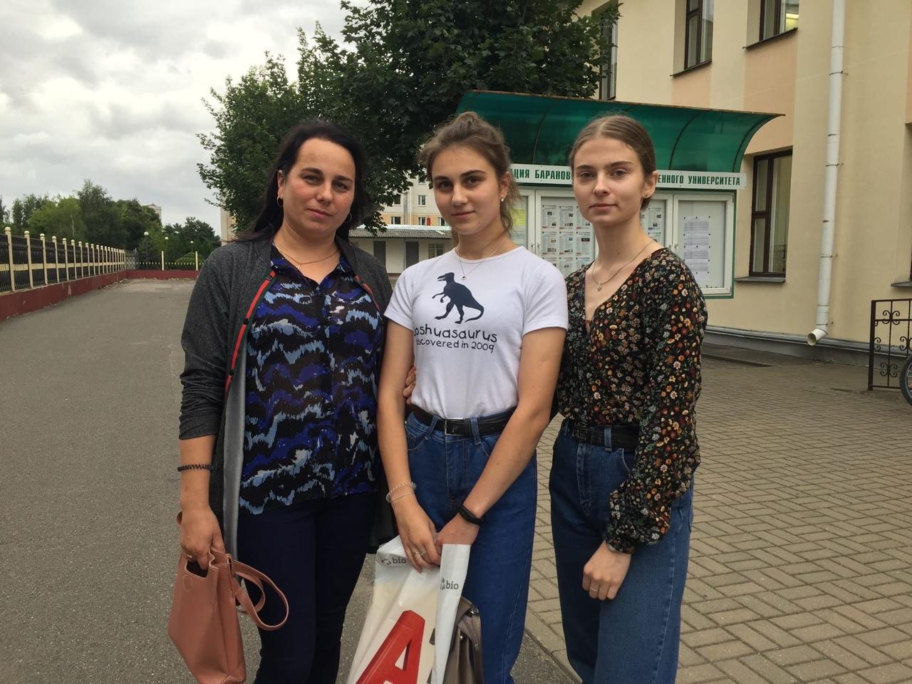 Абитуриентка Яна Бирило (в центре) с мамой Светланой и сестрой Александрой. Фото: Диана КОСЯКИНА
