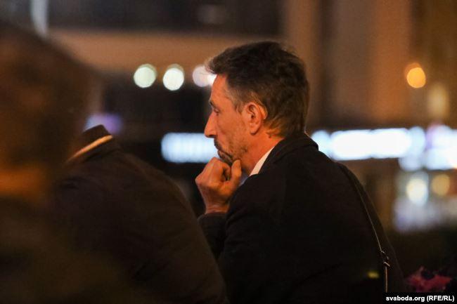 Посол Франции Дидье Канесс наблюдает как задерживают людей. Фото Радыё Свабода