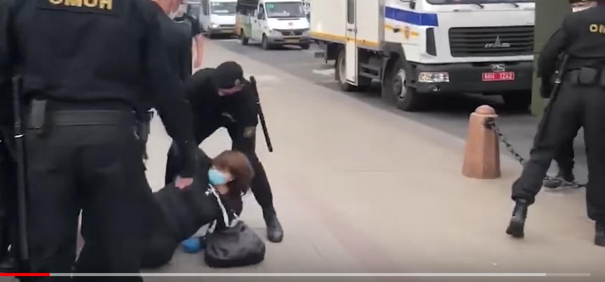 При разгоне демонстрантов в Минске пенсионерке сломали руку. Видео