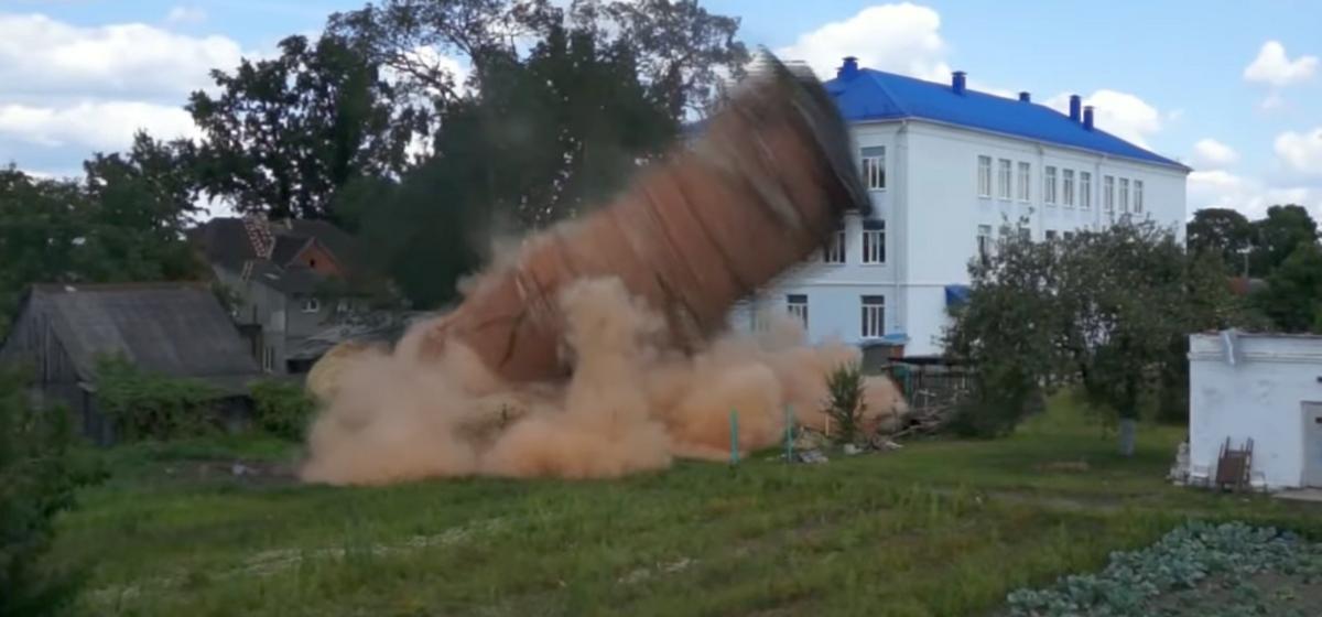 Посмотрите, как в Пружанах взорвали водонапорную башню. Видео