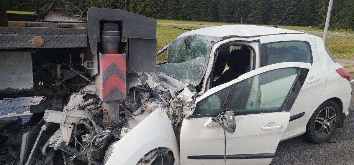 Женщина-водитель уснула за рулем и влетела в автокран в Ивьевском районе. Фото