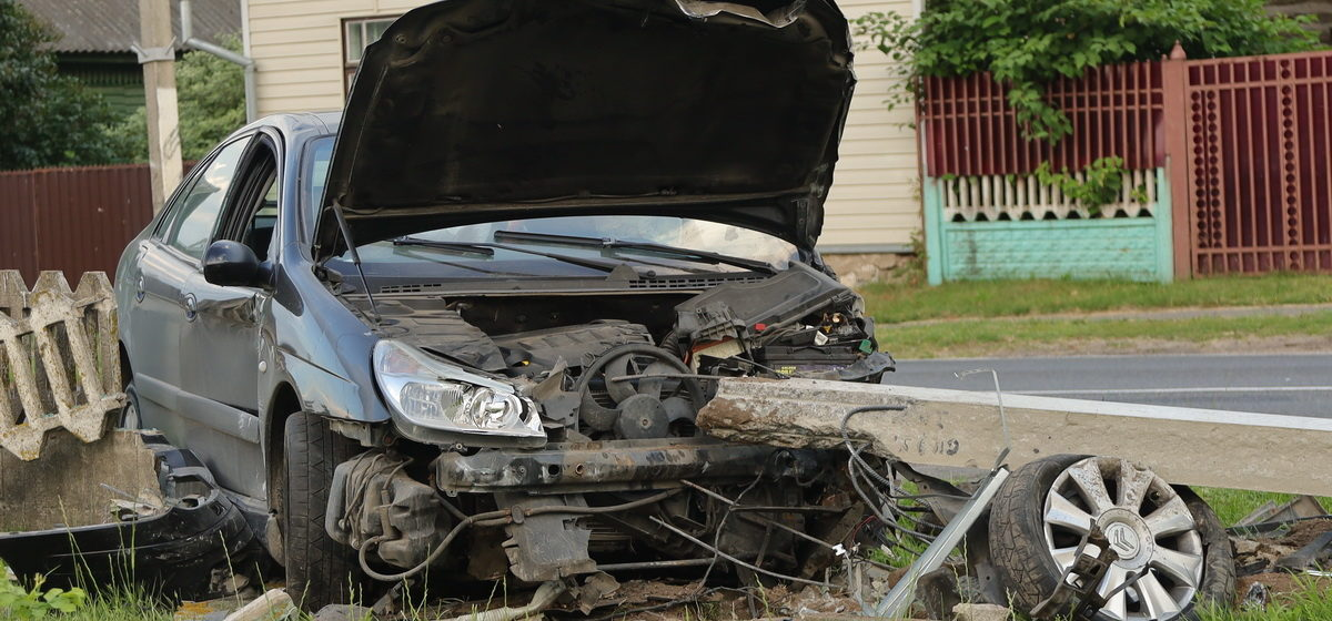 «Ситроен» пошел на обгон в Столовичах, столкнулся с автомобилем, въехал в забор и снес столб