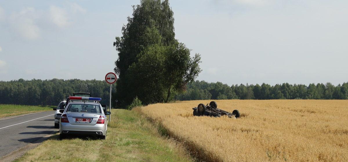 «Нива» съехала в кювет и перевернулась в Барановичском районе. Водитель уходил от лобового столкновения