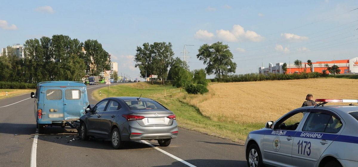 «Hyundai» и «УАЗ» столкнулись на съезде с трассы М1 у Барановичей