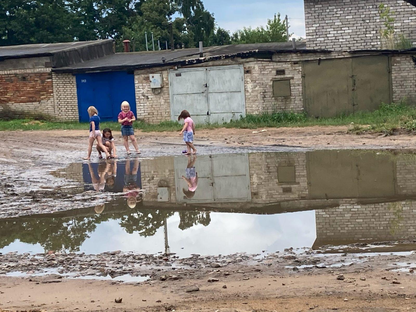 Светлана Голобурда говорит, что лужа настолько глубокая, что детям она по бедра. Фото: Ирина КОМИК
