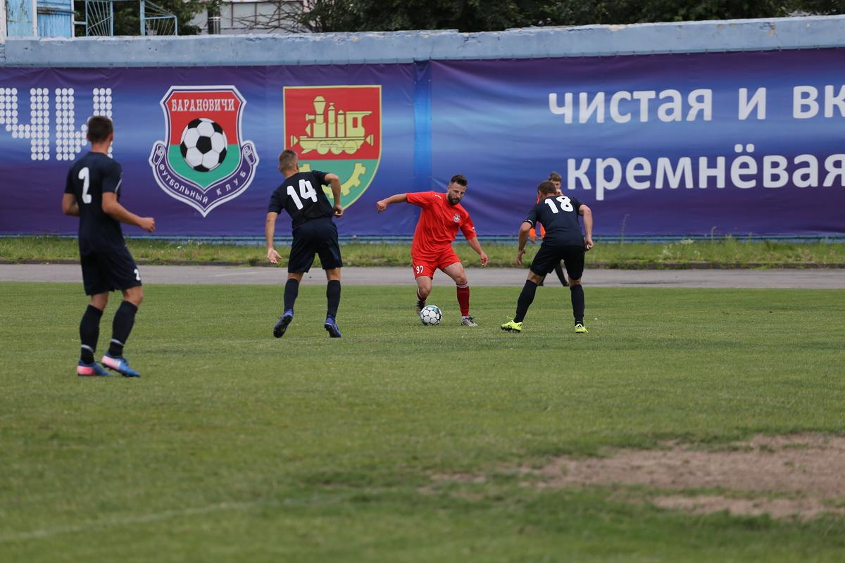 Евгений Дрозд (№97) в окружении соперников.