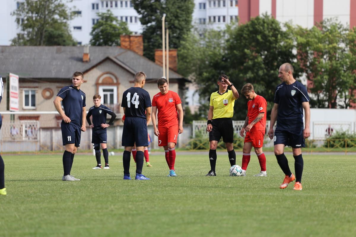 Судья дает старт матчу. В красной форме Сергей Новик (№7) и Дмитрий Хлебосолов (№10).