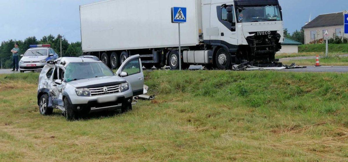 Renault Duster влетел под фуру в Новогрудском районе — погибла пассажирка. Фото