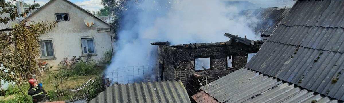 Хозпостройка загорелась в Барановичах – огонь едва не перебросился на соседнее здание
