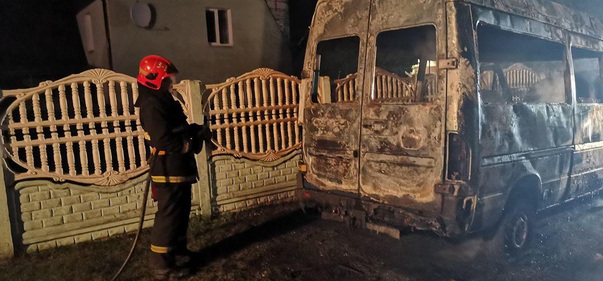Ночью полностью сгорел микроавтобус в Барановичах