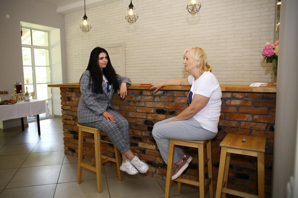 Корреспондент Александра Разина беседует с хозяйкой усадьбы.
