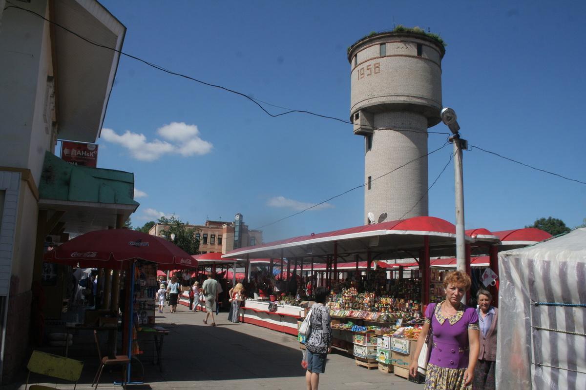 Июль 2009 года. На мини-рынке «Пятачок» продавали самые разные товары – от фруктов и бакалеи до одежды и обуви.  Фото: архив intex-press
