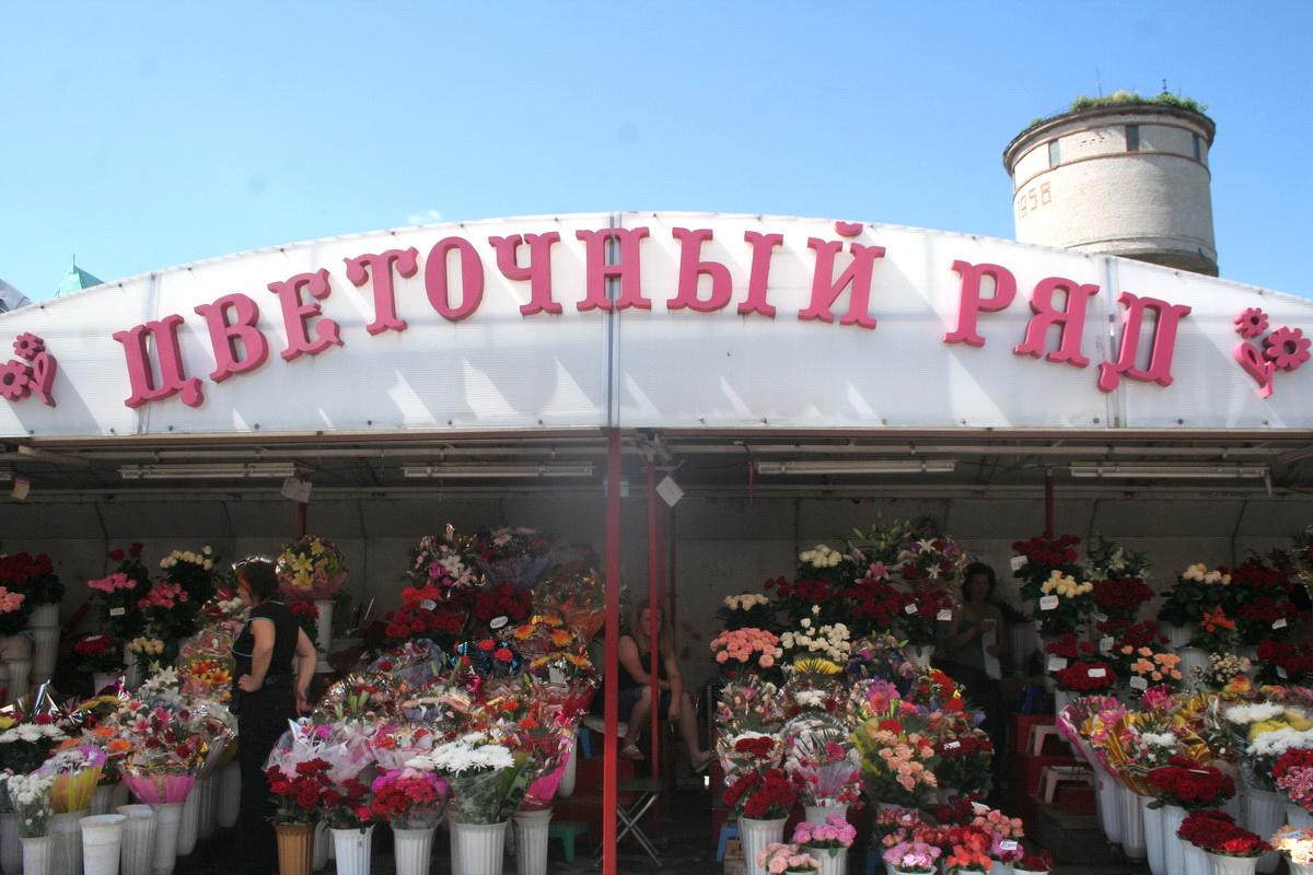 Визитной карточкой «Пятачка» был большой  цветочный ряд, который располагался вдоль улицы Советской. Фото: архив  Intex-press