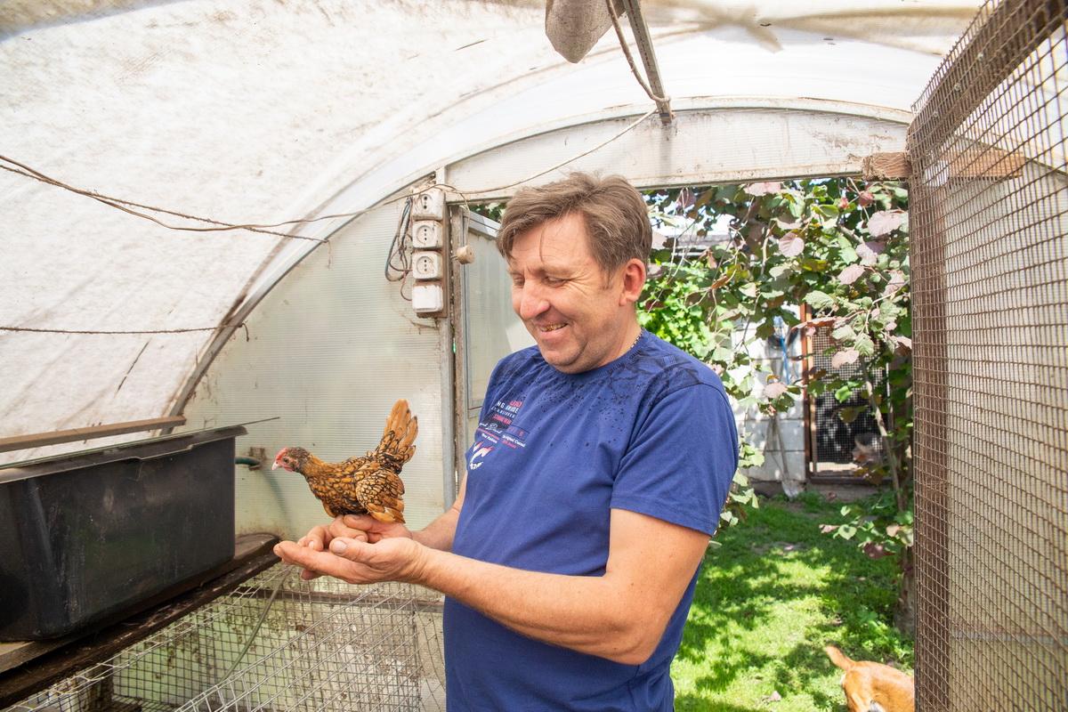 Сергей Дрозд  переживает за каждую из своих птиц и если продает, то всегда интересуется ее дальнейшей судьбой.  Фото: Андрей БОЛКО