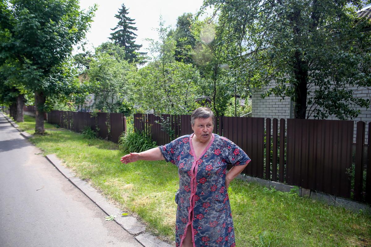 Наталья Ефимовна возмущена, что после реконструкции дороги в ее забор дважды за полгода въезжали машины. фото: андрей болко